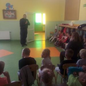 Co należy robić, aby być bezpiecznym – spotkanie przedszkolaków z policjantem
